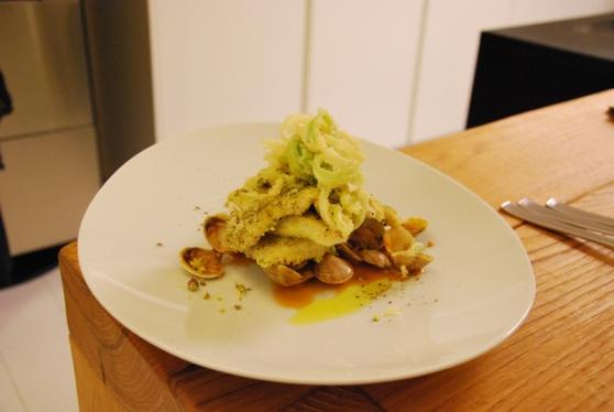 Rombo in crosta di pistacchi di bronte, porro e farina gialla su spadellata di vongole allo zenzero