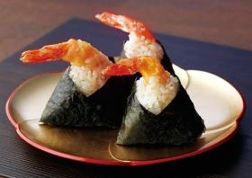 Tenmusu ovvero Onigiri con tempura di gamberi condita